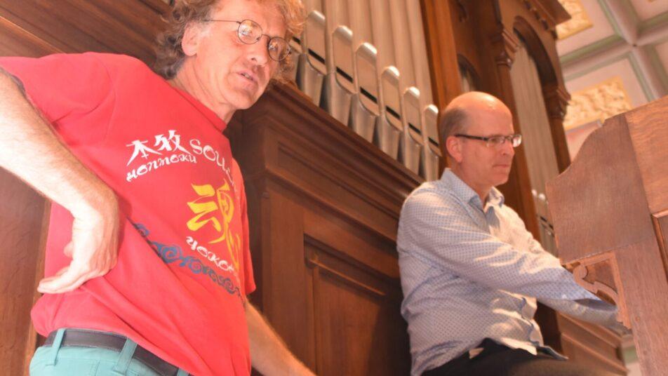 Orgelbauer Jörg Maurer und Organist Martin Küssner sind erfreut über die Rückkehr des Trompetenklags in der 1885 erbauten Orgel von Walzenhausen. (Bild: Isabelle Kürsteiner)